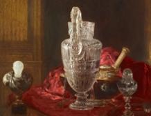 Aiguière en cristal de roche gravée et objets précieux sur drap rouge